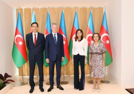 Мехрибан Алиева- французская делегация.jpg