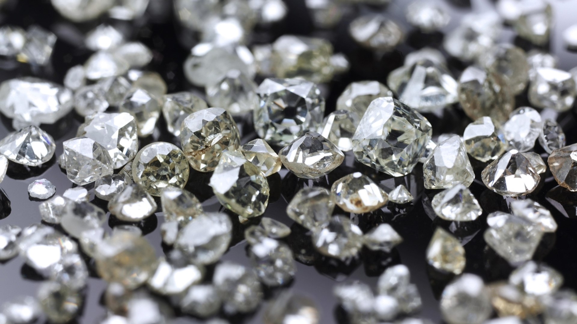 Many valuable diamonds, raw and cut, for further processing for the jewelery industry - ibxrrf04137479.jpg
