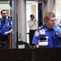 Какое поведение вызывает подозрение при досмотре в аэропорту?