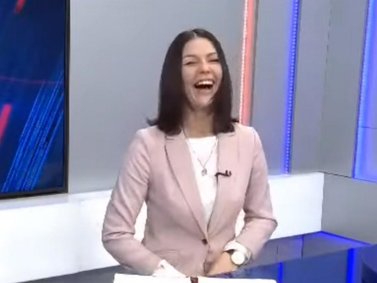 смеющаяся ведущая