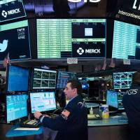 Индексы на фондовых торгах в США снижаются